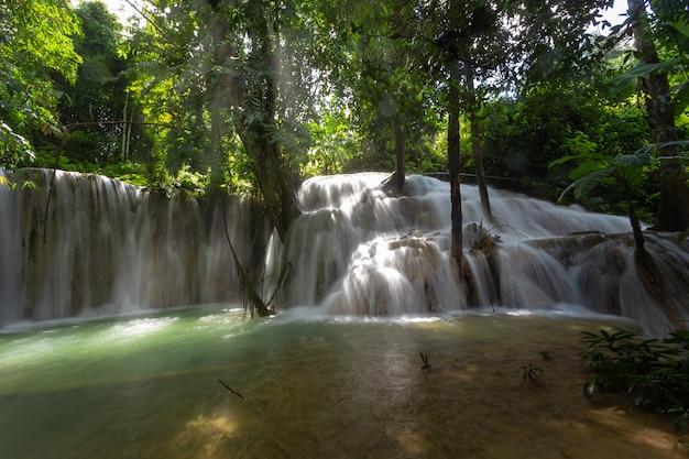 Mae kae-wasserfall ist der wasserfall, der im nationalparkgebiet von ngao, lampang-provinz, thailand lokalisiert wird