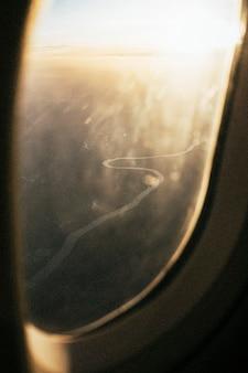 Mäandernder fluss aus dem flugzeug