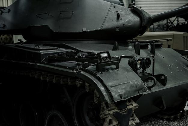 Mächtiger alter schwarzer panzer auf der ausstellung