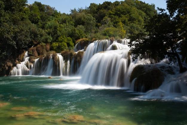 Mächtiger wasserfall am fluss krka in kroatien