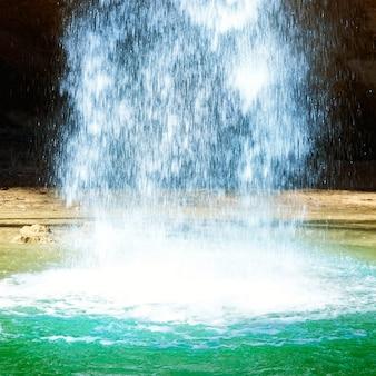 Mächtiger wasserstrahl, der in den see fällt