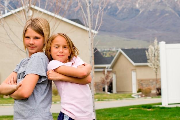 Mädchen (8-11) stehend mit häusern im hintergrund, porträt