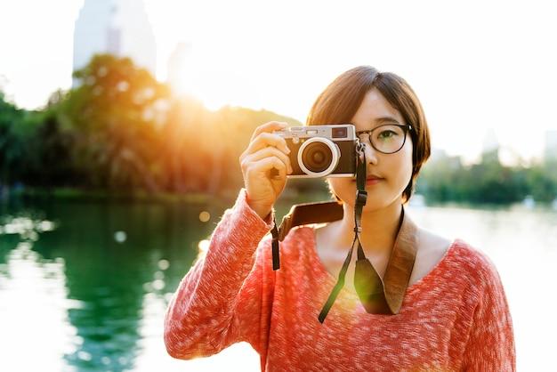 Mädchen-abenteuer-reise-reisendes feiertags-fotografie-konzept