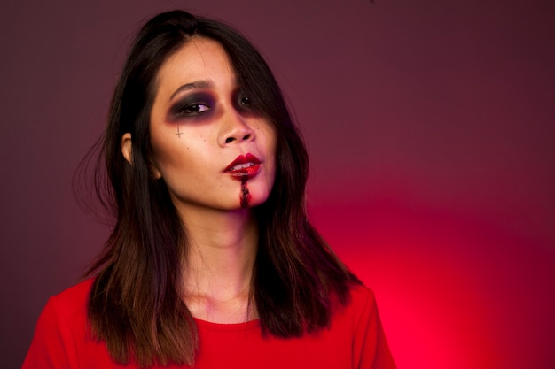 Mädchen als gruseliger vampir verkleidet