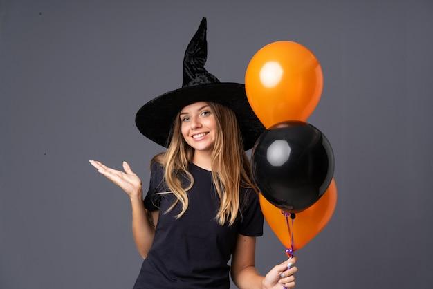 Mädchen als hexe für halloween verkleidet