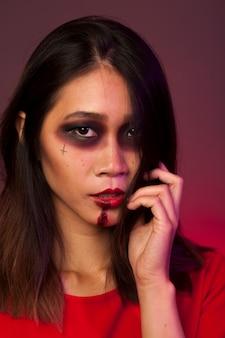 Mädchen als trauriger vampir verkleidet