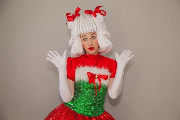 Mädchen als weihnachtsmann verkleidet