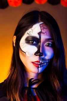 Mädchen als zombie verkleidet und tragen maske