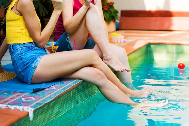 Mädchen am pool entspannen