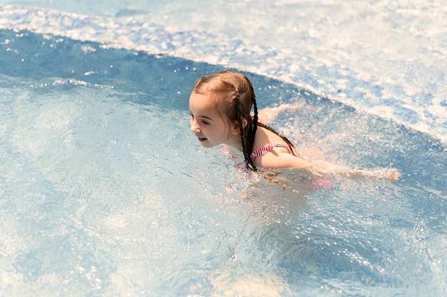 Mädchen am pool schwimmen