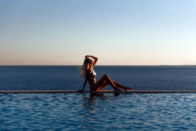 Mädchen am pool
