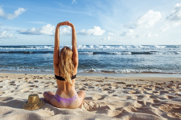 Mädchen am strand erreichte rückansicht