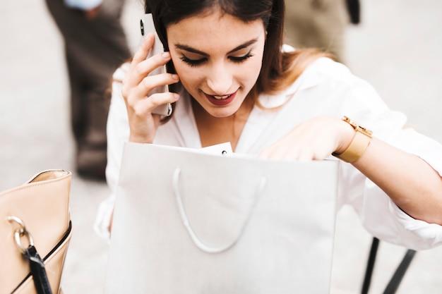 Mädchen am telefon einkaufen