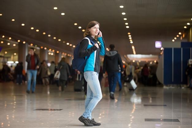 Mädchen am telefon im flughafen