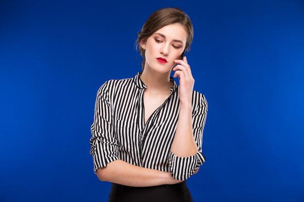 Mädchen am telefon sprechen