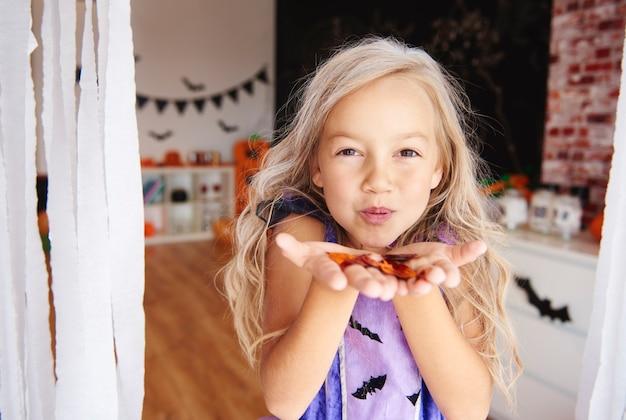 Mädchen amüsiert sich mit konfetti
