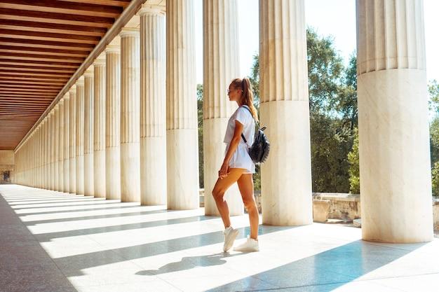 Mädchen an den alten griechischen ruinen