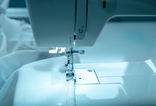 Mädchen arbeitet an einer nähmaschine