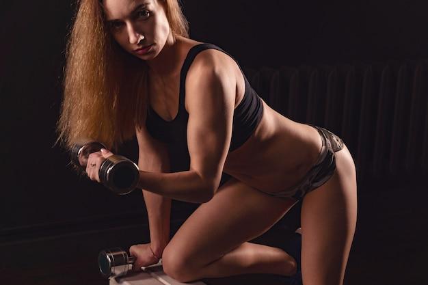 Mädchen athletisch hebt hantel