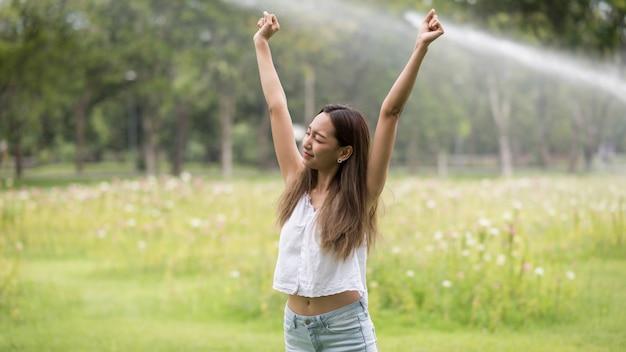 Mädchen atmen und frische luft im garten bekommen