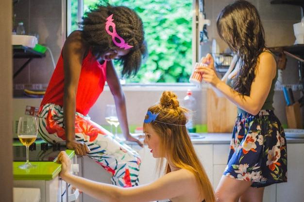 Mädchen auf der party in der küche