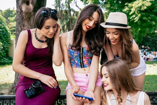 Mädchen auf einem foto des telefons zu lachen