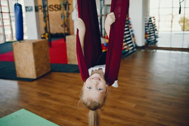Mädchen auf einer fliege yoga