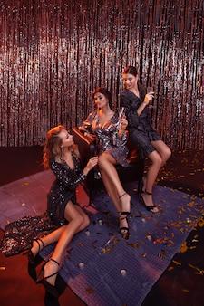Mädchen auf einer party. hollywoodstars. feiern.