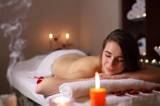 Mädchen auf massage im badekurortsalon.