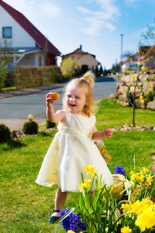 Mädchen auf ostereiersuche mit eiern