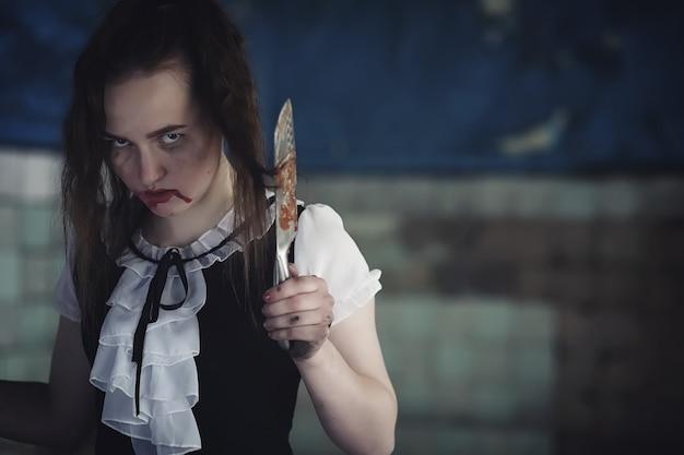 Mädchen aus horrorfilm mit messer