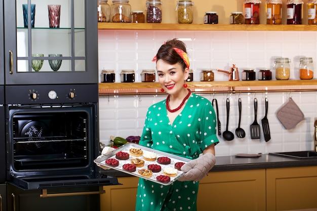 Mädchen backt einen kuchen
