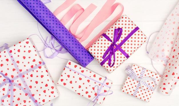 Mädchen band band auf dem geschenk