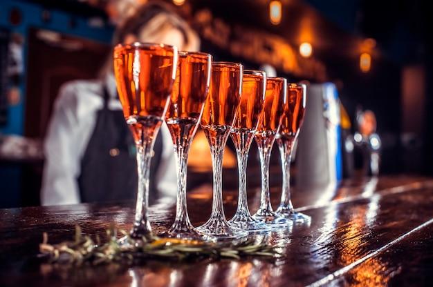 Mädchen bardame formuliert einen cocktail auf dem porterhouse