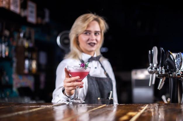 Mädchen bardame kreiert einen cocktail auf dem öffentlichen haus