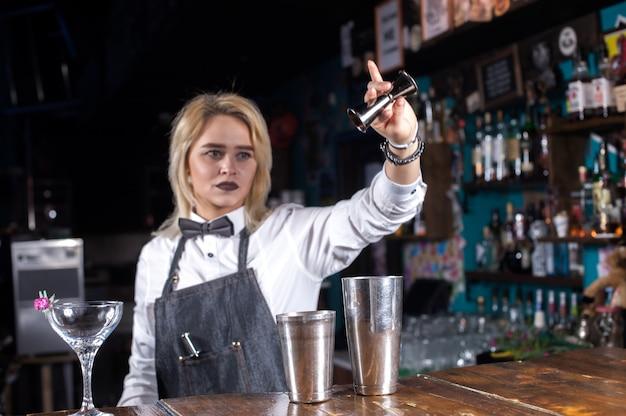 Mädchen barkeeper kocht einen cocktail in der bierhalle