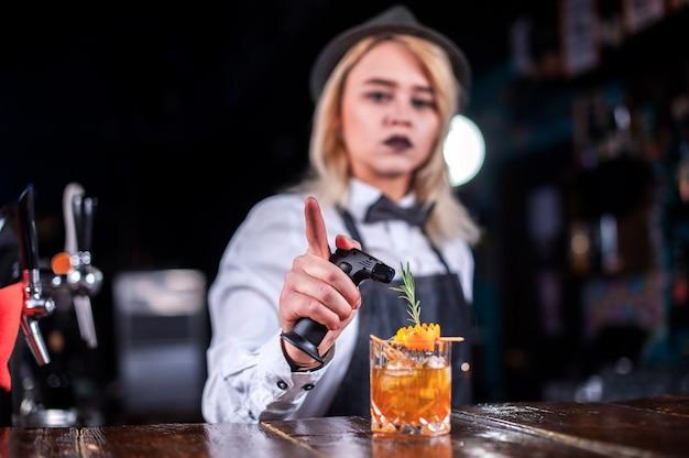 Mädchen barkeeper kocht einen cocktail in der brasserie