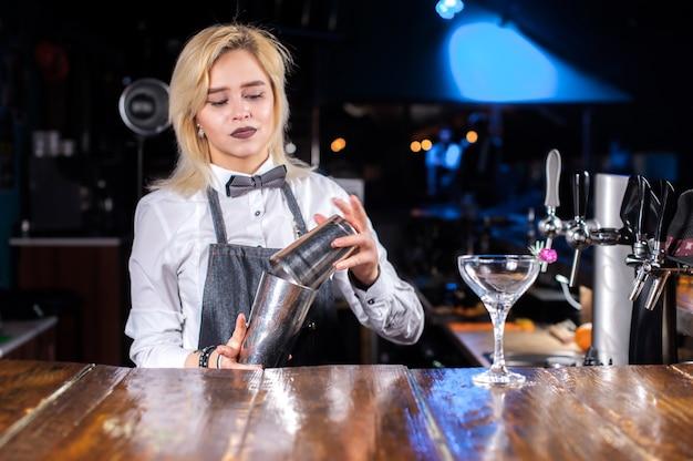 Mädchen barkeeper macht einen cocktail im bierhaus