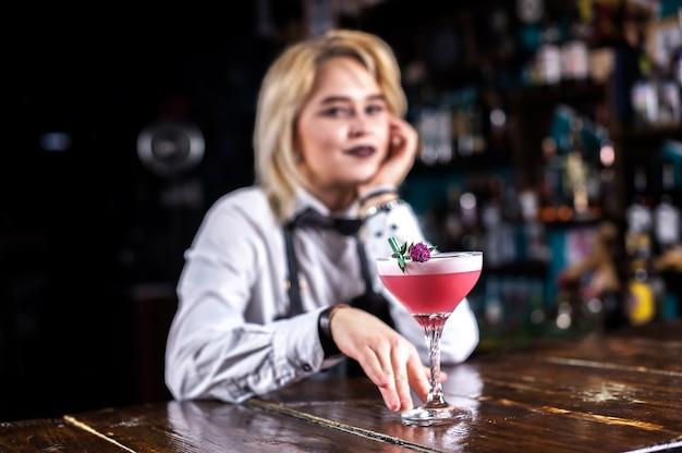 Mädchen barkeeper mischt einen cocktail im bierhaus