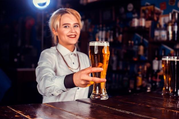 Mädchen barkeeper mischt einen cocktail im porterhouse