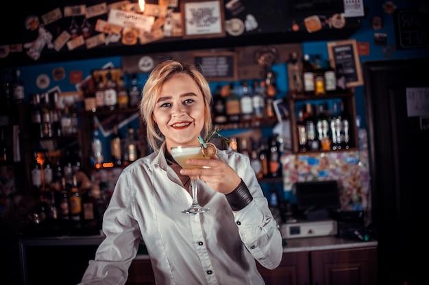 Mädchen barkeeper mischt einen cocktail in der brasserie