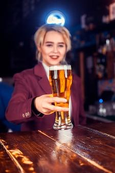 Mädchen barmann formuliert einen cocktail im salon