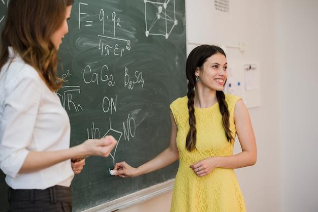 Mädchen beantwortet fragen von lehrern in der nähe einer schulbehörde