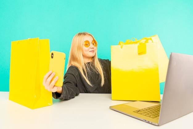Mädchen beauty blogger. blondes teen posiert vor der kamera und macht vlog.