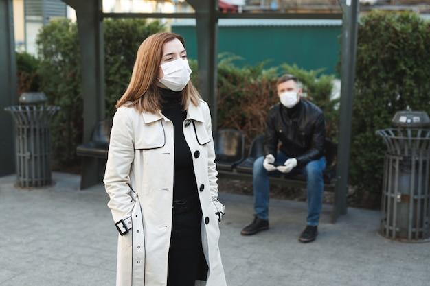 Mädchen begrüßt ein taxi an einer haltestelle während einer coronavirus-epidemie