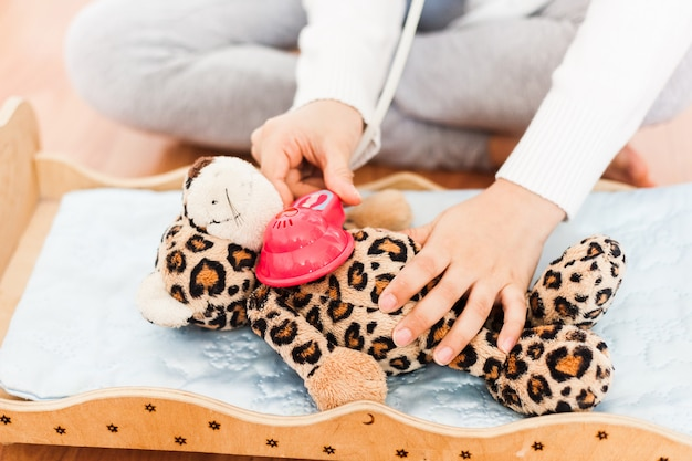 Mädchen behandelt ihr lieblingsspielzeug