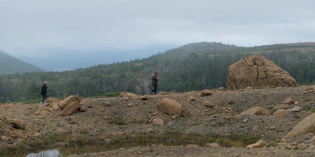 Mädchen bei gros morne national park, neufundland und labrador, kanada