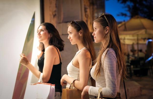 Mädchen bei nacht auf einer einkaufstour