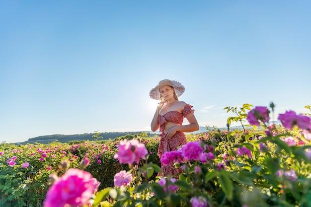 Mädchen bei spaziergängen in einer rosenplantage