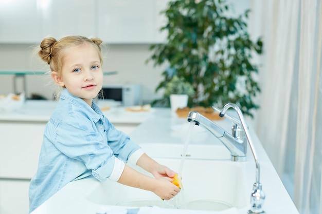 Mädchen beim abwasch